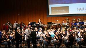 Oberleutnant Prock wird von Andreas Pleichinger und Prof. Dr. Wolfgang Pfeiffer vor dem Schülerorchester gedankt.